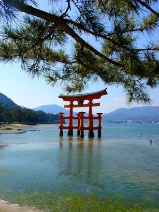 Torii flottant sur l'île de Itsukushima (ou Miyajima) - mer intérieure de Seto - Japon